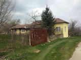 Обзаведена къща с двор в село на 100 км от София