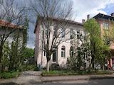 Много голяма двуетажна къща в град на 70 км от София