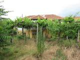 Двуетажна къща с двор в хубаво развито село