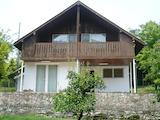 Двуетажна къща с двор и барбекю сред зеленина