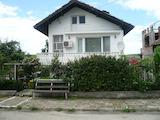 Масивна двуетажна къща с прекрасна градина на 12 км от Видин