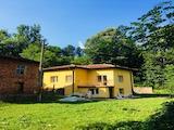 Новопостроена двуетажна къща в Троянския балкан