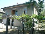 Двуетажна къща с двор на 500 м от река Дунав