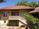 Mасивна двуетажна къща, разположена в голям двор на 33 км от Велико Търново