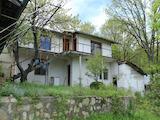 Две къщи със стопанска постройка, гараж и двор край Кюстендил