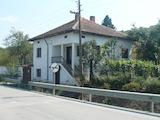 Къща с двор и гледка към река Дунав