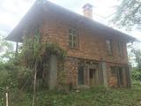 Двуетажна къща с голям двор само на 8 км от Елена
