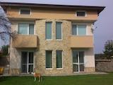 Обзаведена нова къща с двор в центъра на Горен Близнак