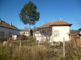 Селска къща с двор и паркомясто на главен асфалтов път