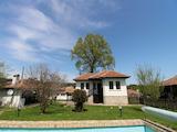 Две къщи и плевник с огромен двор в Еленския балкан
