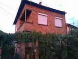Двуетажна къща в квартал на град Габрово