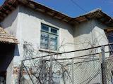 Двуетажна тухлена къща в село на 70 км от Русе
