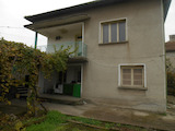 Масивна двуетажна къща близо до река Дунав