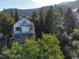 Голяма триетажна къща с двор и гараж до София