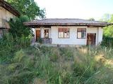 Три традиционни български  къщи в един двор  в известен планински курорт