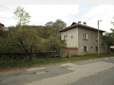 Двуетажна масивна къща с гараж,  само на 88 км до град София