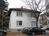 Tриетажна къща с малък двор в квартал на град Велико Търново