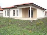 Нова едноетажна къща с равен двор на 15 км от курорт Албена