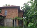 Двуетажна тухлена къща само на 25  км от Велико Търново