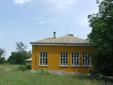 Масивна едноетажна сграда в населено място близо до гр. Попово