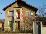 Масивна двуетажна къща в село на 25 км от Велико Търново