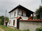 Две къщи една до друга в село на 130 км от София