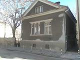 Масивна къща с двор в спокоен централен район на столицата
