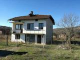 Масивна двуетажна къща  в село само на 7 км от гр . Ловеч