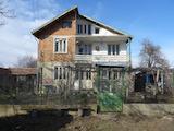 Селска триетажна къща с двор на 16 км от морето