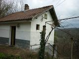Масивна двуетажна къща много близо до град Габрово