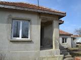 Селска къща с двор на 16 км от морето
