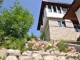 Комплекс от две къщи за гости с хубав двор, басейн, летен бар и барбекю