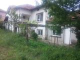 Двуетажна къща в населено място с минерален извор