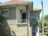 Двуетажна масивна къща с гараж в село на 18 км от В. Търново
