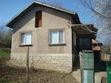 Самостоятелна къща с гараж и лятна кухня в село Акациево