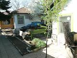 Къща с пристройки и двор до училище в столичен квартал