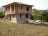 Масивна двуетажна къща само на 25 км от Велико Търново