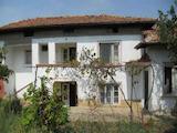 Двуетажна къща с двор в село само на 7 км от град Свищов