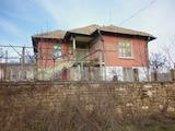 Двуетажна къща с голям двор на 13 км от Мездра
