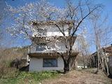 Триетажна къща с двор в с.Рударци