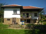 Двуетажна къща с голям двор в Еленския Балкан
