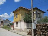 Двуетажна къща с двор в с.Костенец