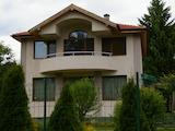 Новый стильный дом на берегу реки Дунай