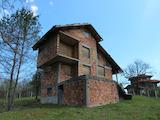 Двуетажна къща на груб строеж в  известен планински курорт