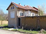Едноетажна къща не далеч от язовир Жребчево
