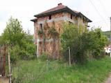 Новопостроена двуетажна къща в центъра на село, до язовир