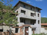 Триетажна къща в село Бели Искър в подножитето на Рила