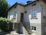 Двуетажна къща с двор и стопанска постройка в село Радуил