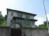 Триетажна къща с голям двор до Иванянско шосе, град Банкя