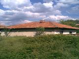 Едноетажна стара къща с голям двор на 30 км от В.Търново